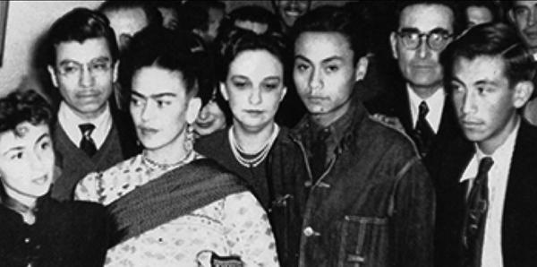 Frida Kahlo con sus alumnos Fanny Rabel, Guillermo Monroy y Arturo García Bustos en una exposición pictórica en la Ciudad de México, ca. 1943.