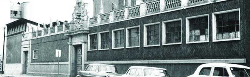 Exterior del inmueble donde se ubicaba la Escuela de Pintura y Escultura La Esmeralda, colonia Guerrero, Ciudad de México, ca. 1950.