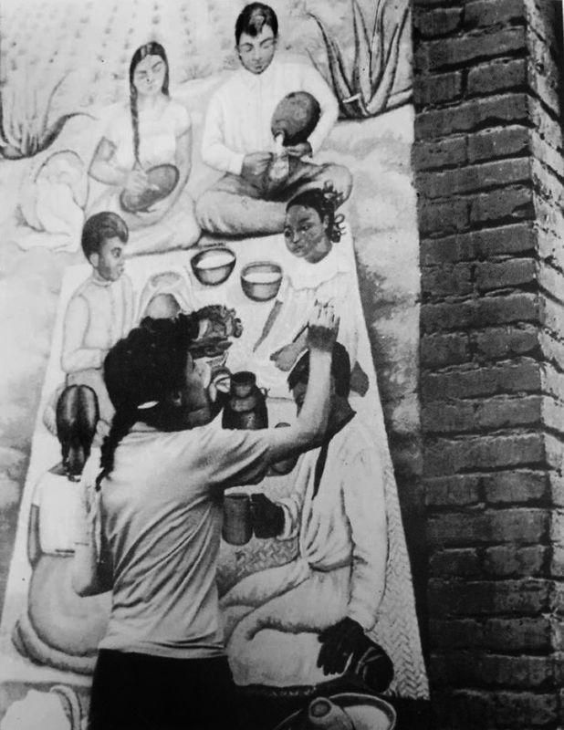 Fanny Rabel decorando los murales de la pulquería La Rosita, Coyoacán, Ciudad de México, 1943.