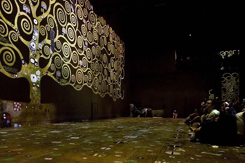 Atelier des Lumières, París. Proyección sobre una obra de Klimt. Fotografía de Caroline Léna Becker (2018) Bajo licencia Creative Commons Attribution.