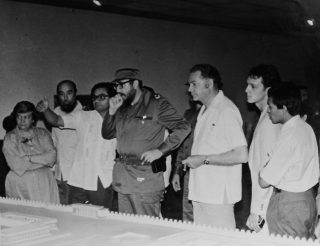 """Emeterio Guadarrama en la visita guiada al Presidente de Cuba Fidel Castro, de la exposición itinerante """"Retrato de México"""". La Habana, ca. 1982"""